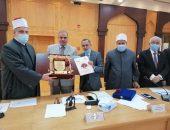 كلية الشريعة والقانون بدمنهور تهدي درع مؤتمرها الدولي لفضيلة الإمام الأكبر شيخ الأزهر.