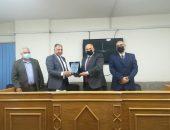 مجلس كلية طب الأسنان يكرم نائب رئيس جامعة الأزهر؛ لجهوده المخلصة في سبيل الحصول على شهادة الاعتماد.
